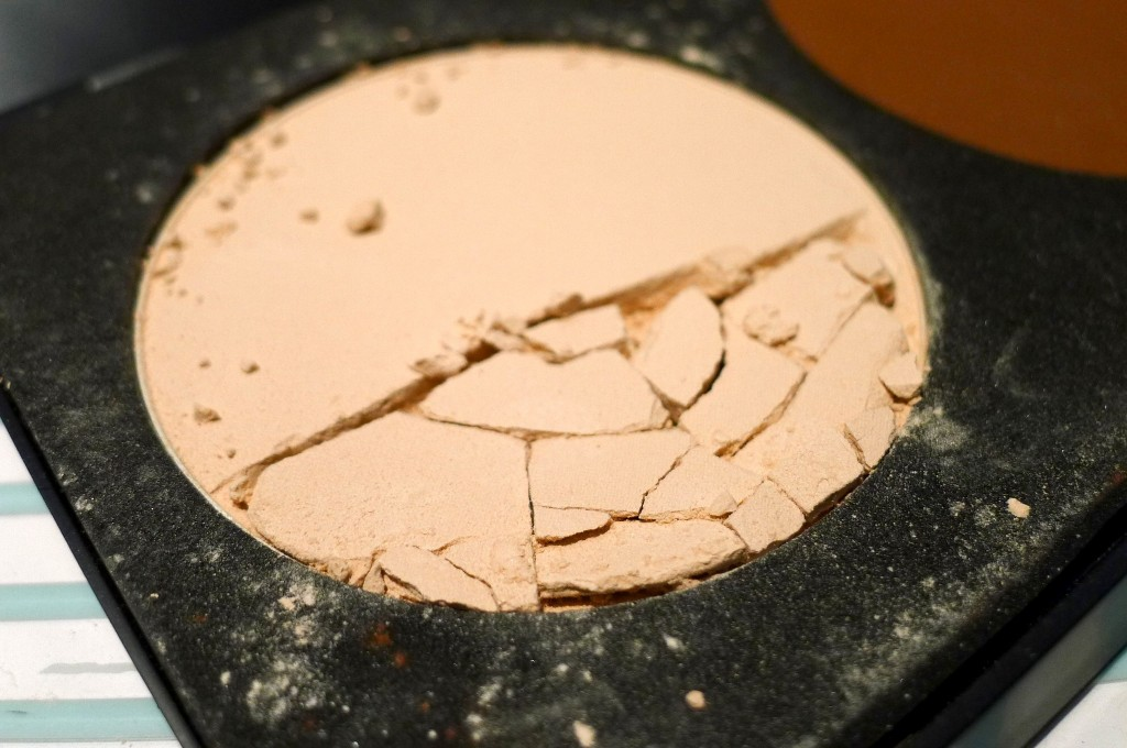 Beauty DIY: How To Prevent Your Powder Make-up From Breaking In Your Handbag