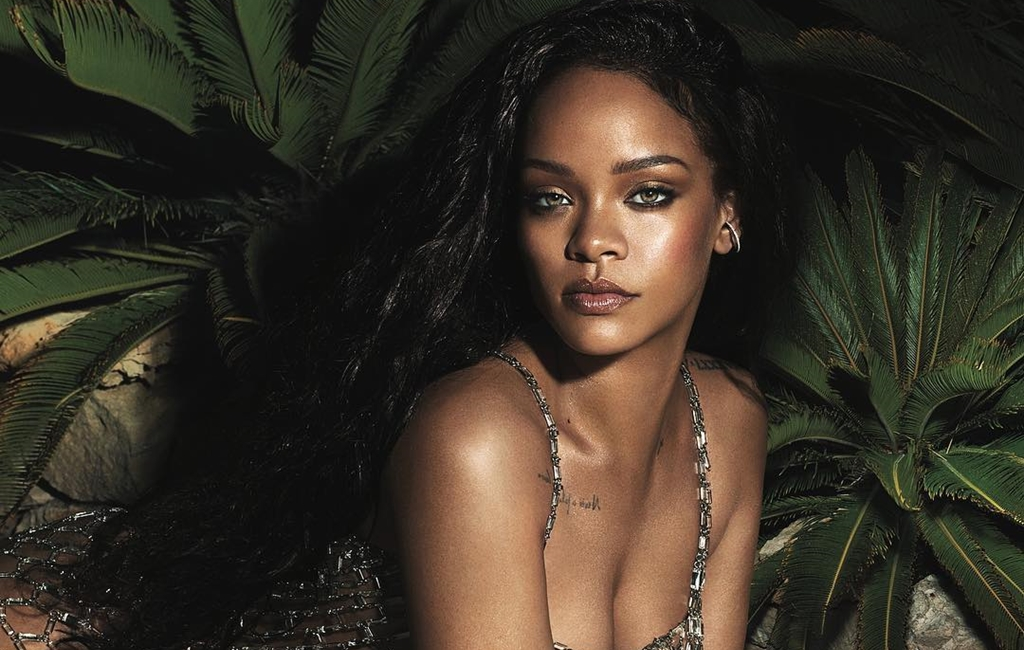 [Watch]: Rihanna Does Her Own Makeup In 10 Minutes On Vogue's YouTube Channel!